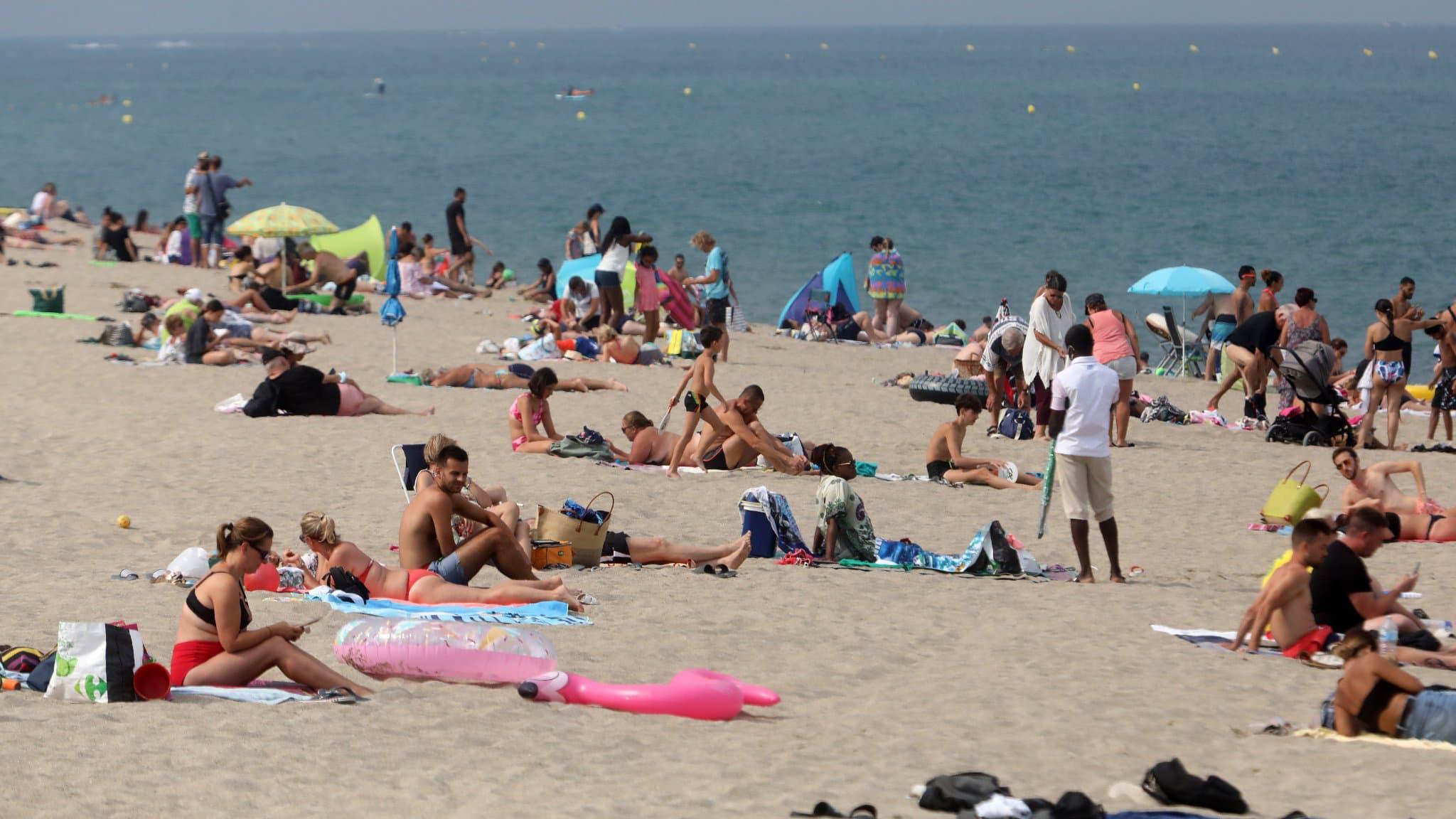 Femme arabe topless à la plage
