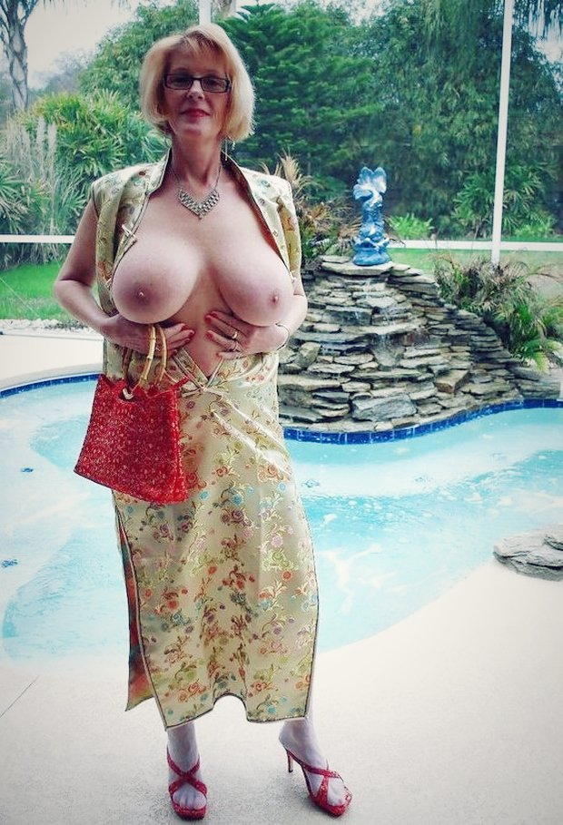 Femme mure sein nue